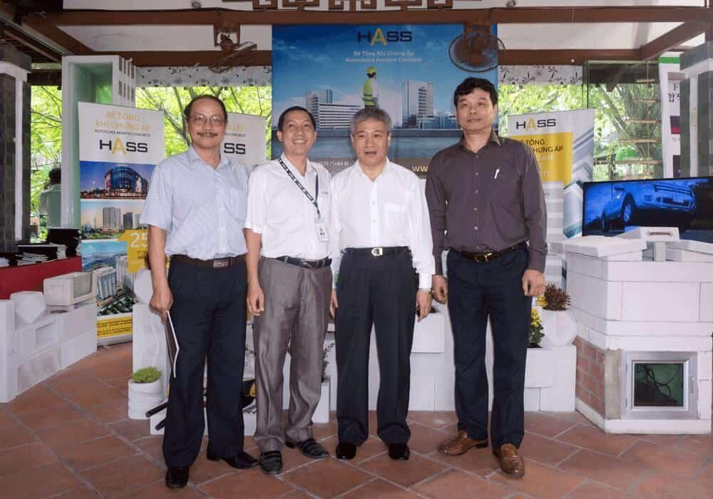 Thứ Trưởng Bộ Xây Dựng - Bùi Phạm Khánh (thứ hai bên phải), Phó vụ trưởng Bộ Xây Dựng - Phạm Văn Bắc (ngoài cùng bên phải), Cục Phó Cục công tác phía nam Bộ Xây Dựng - Hoàng Vĩnh Toàn (Ngoài cùng bên trái) và Giám đốc kinh doanh Công ty Cổ phần HASS chụp ảnh lưu niệm tại gian hàng HASS