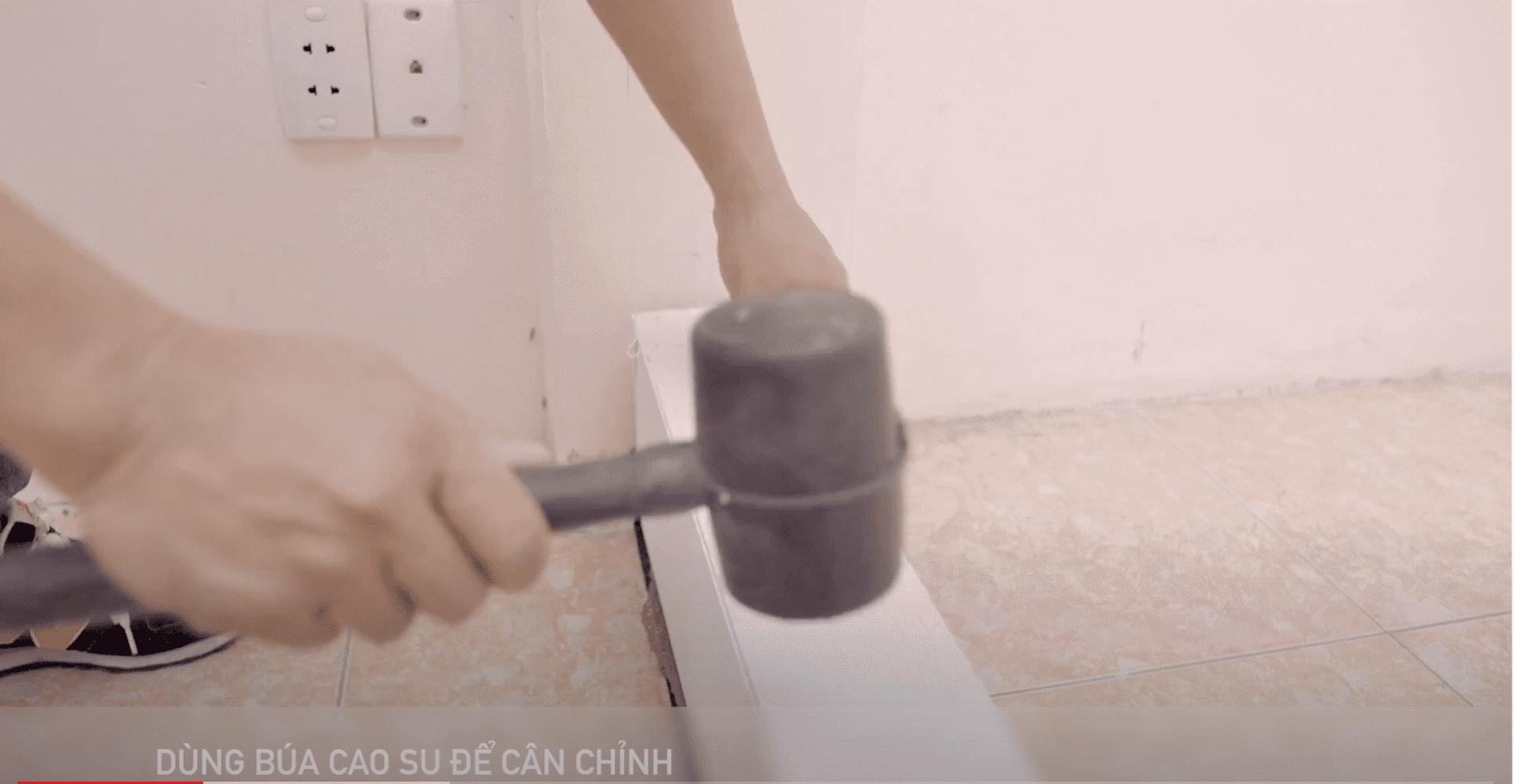 Dùng búa cao su để cân chỉnh